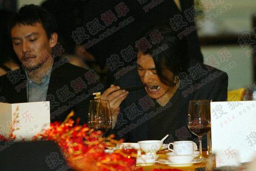 金城武:饿了,就要大口大口吃,张震你别故作优雅了。