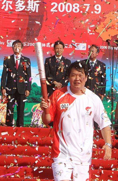 首棒哈斯劳展示火炬 奥运