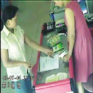 遭假钞暗算 他上网晒女骗子 胶南一食品店经理收到百元假钞后将行骗者的监控录像发到网上 此举引发网友争议