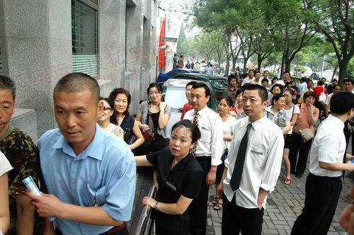 最后一名信用群众步入银行