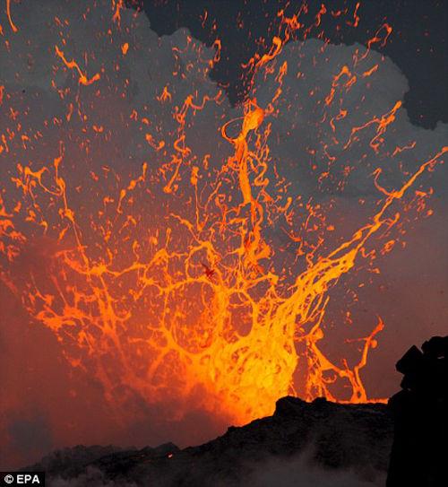摄影师拍下冲浪运动员冲向爆发火山画面(组图)