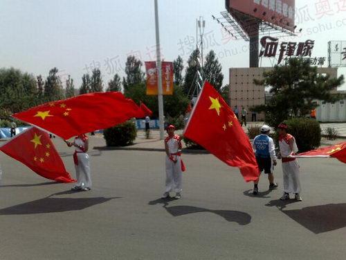图文:奥运圣火在包头传递 五星红旗现场飘扬