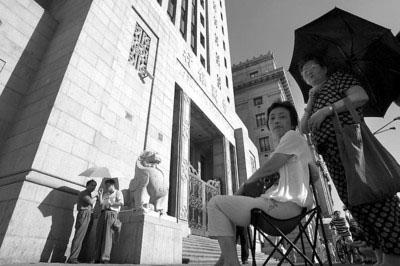 今天一早,外滩中国银行上海分行门外排起等待换奥运纪念钞的队伍 晚报记者 任国强 现场图片