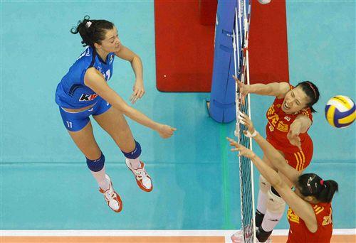 图文:中国女排2-3意大利 周苏红蕊蕊未能拦住