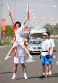 图文:圣火鄂尔多斯传递 李璇与徐赫峰庆祝