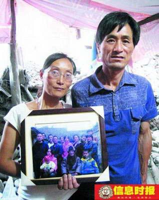 拿着琦琦和佳佳生前最后一次和家人的合影,赵德琴夫妻俩心中隐隐作痛。摄影 时报特派记者 胡非非