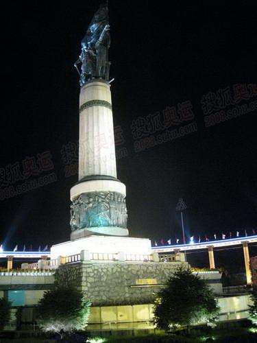 灯光下的防洪纪念塔