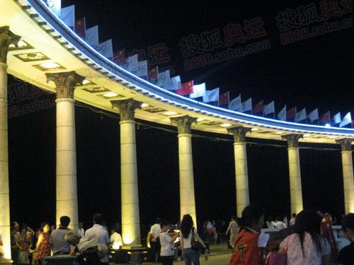 防洪纪念塔下这条颇具罗马风格的回廊象征着哈尔滨人民力量坚不可摧,牢固堤防坚如磐石