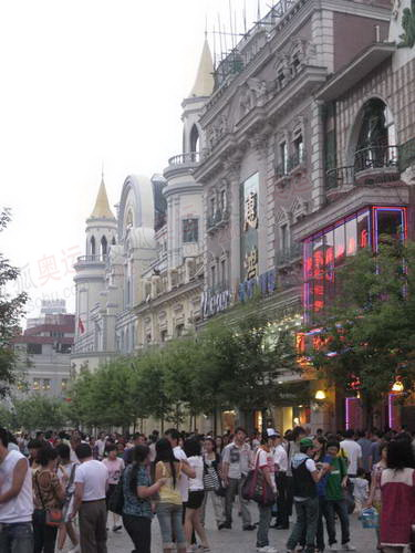哈尔滨百年老街中央大街上的欧式建筑