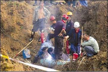 工人在抢修被损坏的输油管道。 本报记者 张沫 摄