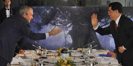 多次强调奥运不应政治化的布什昨天与胡锦涛主席相谈甚欢。 新华/路透
