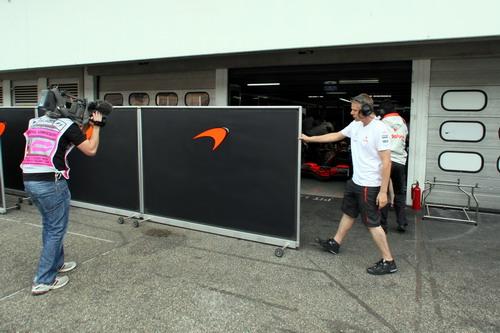 图文:[F1]霍根海姆试车次日 迈凯轮车房受关注