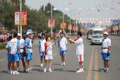 组图:奥运圣火在鄂尔多斯传递 第134号火炬手