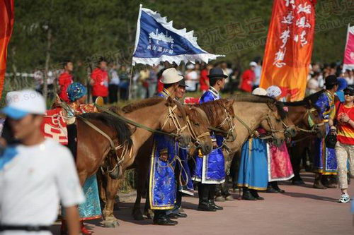 图文:圣火在鄂尔多斯传递 蒙古马现场列队迎接