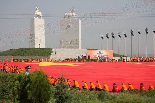 图文:圣火在鄂尔多斯传递 举行国旗现场传递