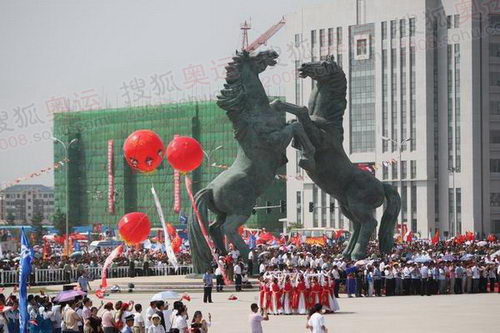 图文:圣火在鄂尔多斯传递 传递终点巨型马雕塑