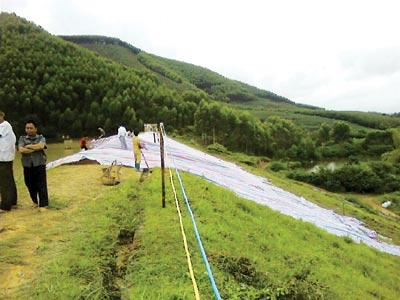 抢险人员将彩条布盖在大坝裂缝处