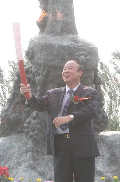内蒙古自治区副主席刘新乐展示火炬