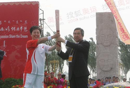 杭桂林把火炬传给首棒娜日苏