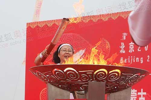 斯琴高娃点燃圣火盆