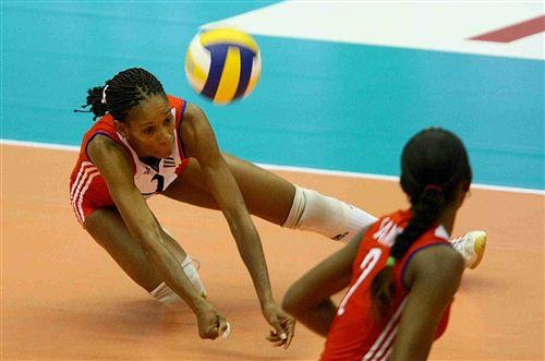 图文:中国女排1-3不敌古巴 鲁伊兹倒地救球