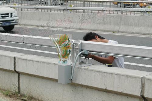 奥运场馆周围高架桥上安装龙纹灯