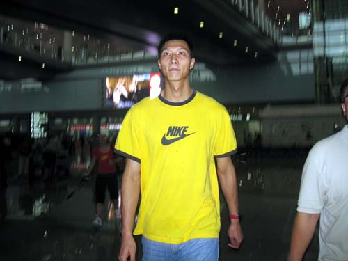 图文:易建联离开篮网抵达北京 阿联大步流星