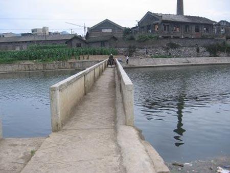刘言超说,他做到第三个俯卧撑时,李树芬从这座大堰桥上跳入河中。