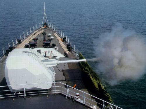 资料图:解放军海军051C新型驱逐舰主炮开火