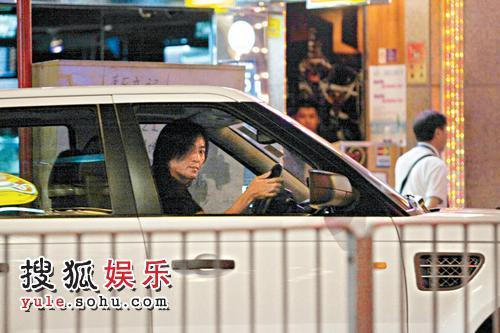 上车后,伊健向记者怒目而视。
