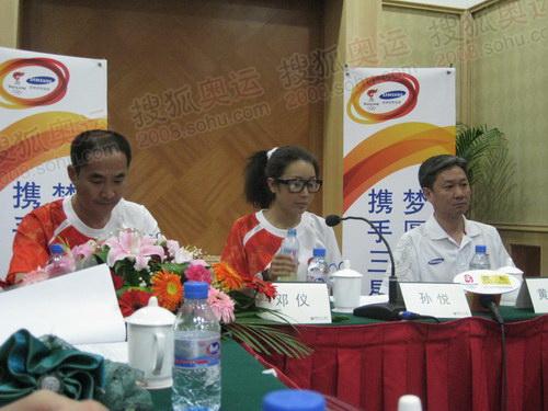 依次为环保专家邓仪、著名歌手孙悦、国家体操队总教练黄玉斌