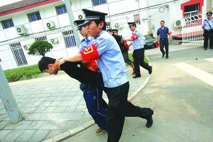在现场,扰乱秩序者很快就被警方制服 摄/记者于佳