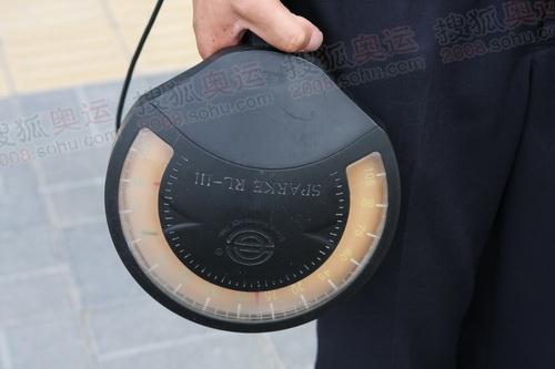 北京奥运会主新闻中心外工作人员的安检设备