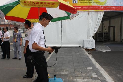 北京奥运会主新闻中心外工作人员在进行安检