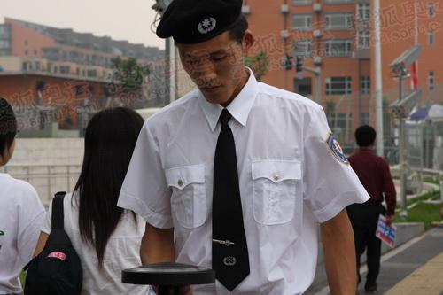 北京奥运会主新闻中心外工作人员在进行安检_2325