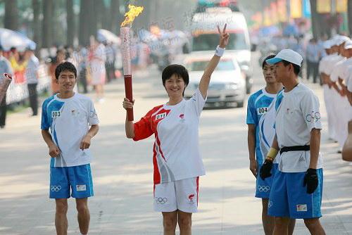 央视著名主持人敬一丹在哈尔滨传递火炬