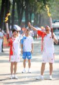 图文:奥运圣火在哈尔滨传递 郑鸣与敬一丹交接