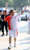 图文:奥运圣火在哈尔滨传递 火炬手姚滨传递中