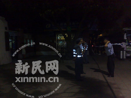 警方在公园门口拉起封锁线 新民网 胡彦珣现场拍摄传送