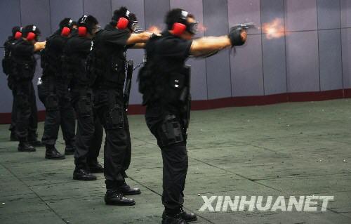 """""""蓝剑突击队""""队员进行射击训练"""
