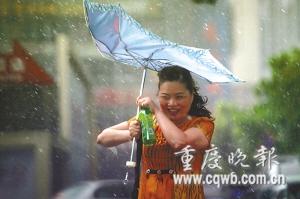 解放碑广场,狂风暴雨让行人撑不开伞