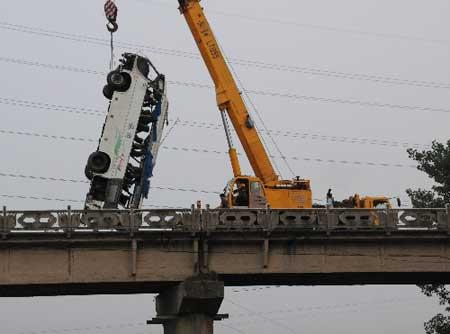7月12日,坠入宜昌境内长江支流黄柏河中的客车被打捞出水。