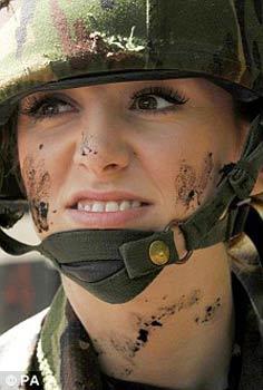 """现年21岁的二等女兵卡特芮娜•浩芝(Katrina Hodge)绰号""""战斗芭比"""",她曾在伊拉克战场立下战功。"""