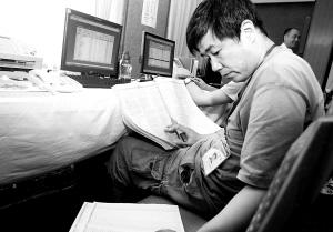 昨天,某高校录取人员正在紧张工作。晨报记者 李木易/摄