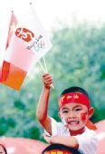 图文:奥运圣火大庆传递 小朋友为火炬传递加油