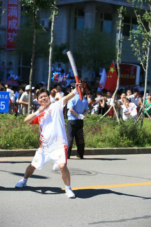 齐齐哈尔站184号火炬手范宣波摆出弯弓射大雕造型