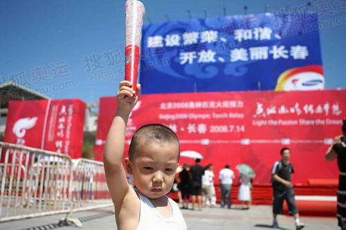 体育中心广场上手举火炬的小孩