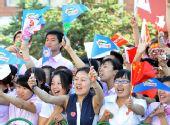 图文:奥运圣火在齐齐哈尔传递 群众挥舞旗帜