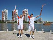 图文:火炬手刘玉坤与火炬手薛瑞红在交接后庆祝