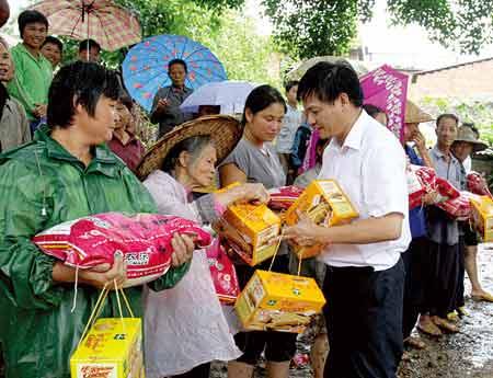 工作人员给灾民发放物资
